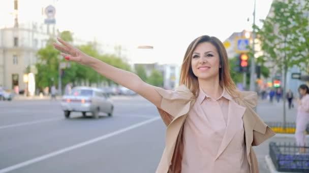 potřeba Jízda domů žena gestikulovat taxi stojící silnice