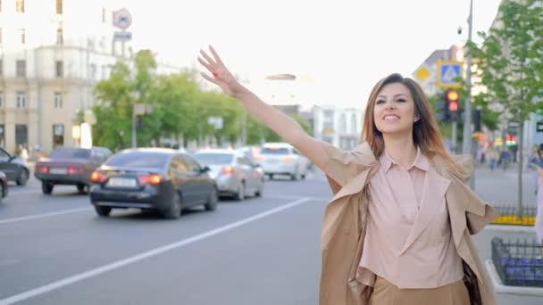 pozdní velké město volající taxík žena