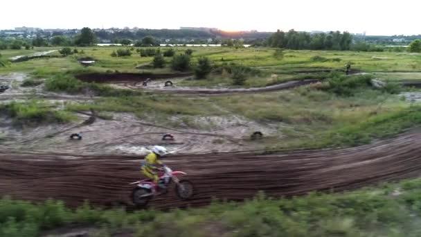 extrémní sportovní motokros závodník rychlý terén