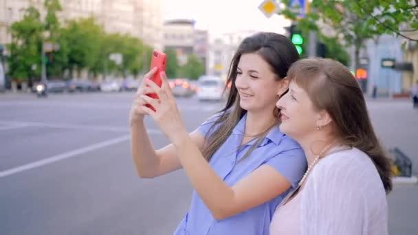 családi szórakozás selfie szórakozás öröm lánya anyu