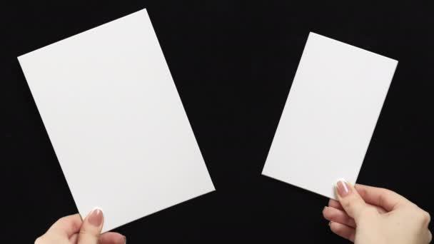 hirdetési kártya mockup kezek két üres jegyzetek
