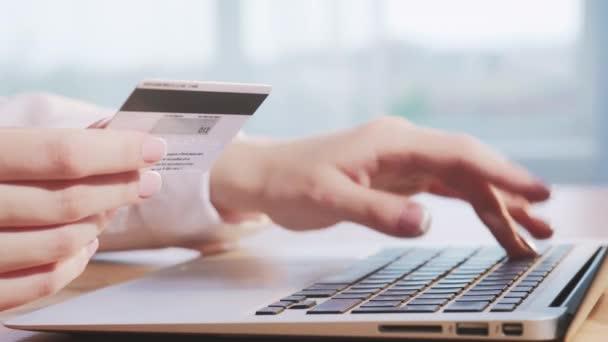 Online-Zahlung Frau Hand Laptop Kreditkarte