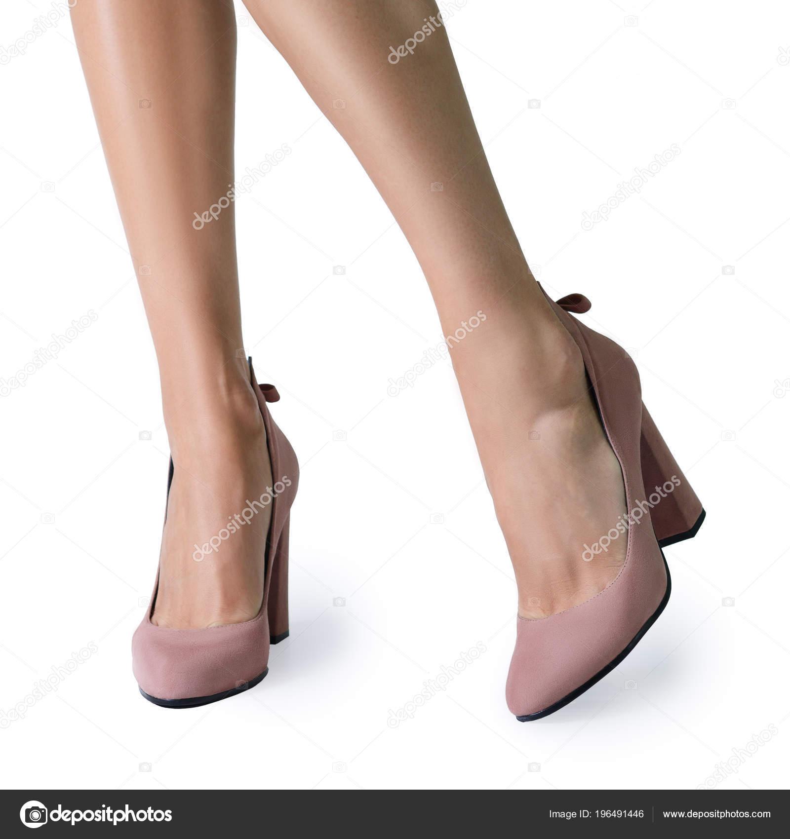 Piernas de mujer en zapatos de la bomba de tacón ancho aislados en blanco —  Foto de boomeart b101a0439aa4