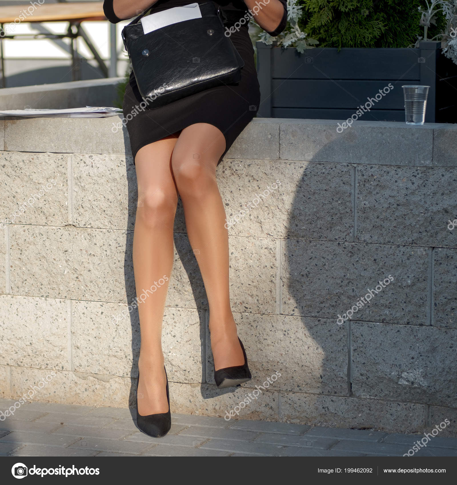 Сексуальные женские ножки на работе
