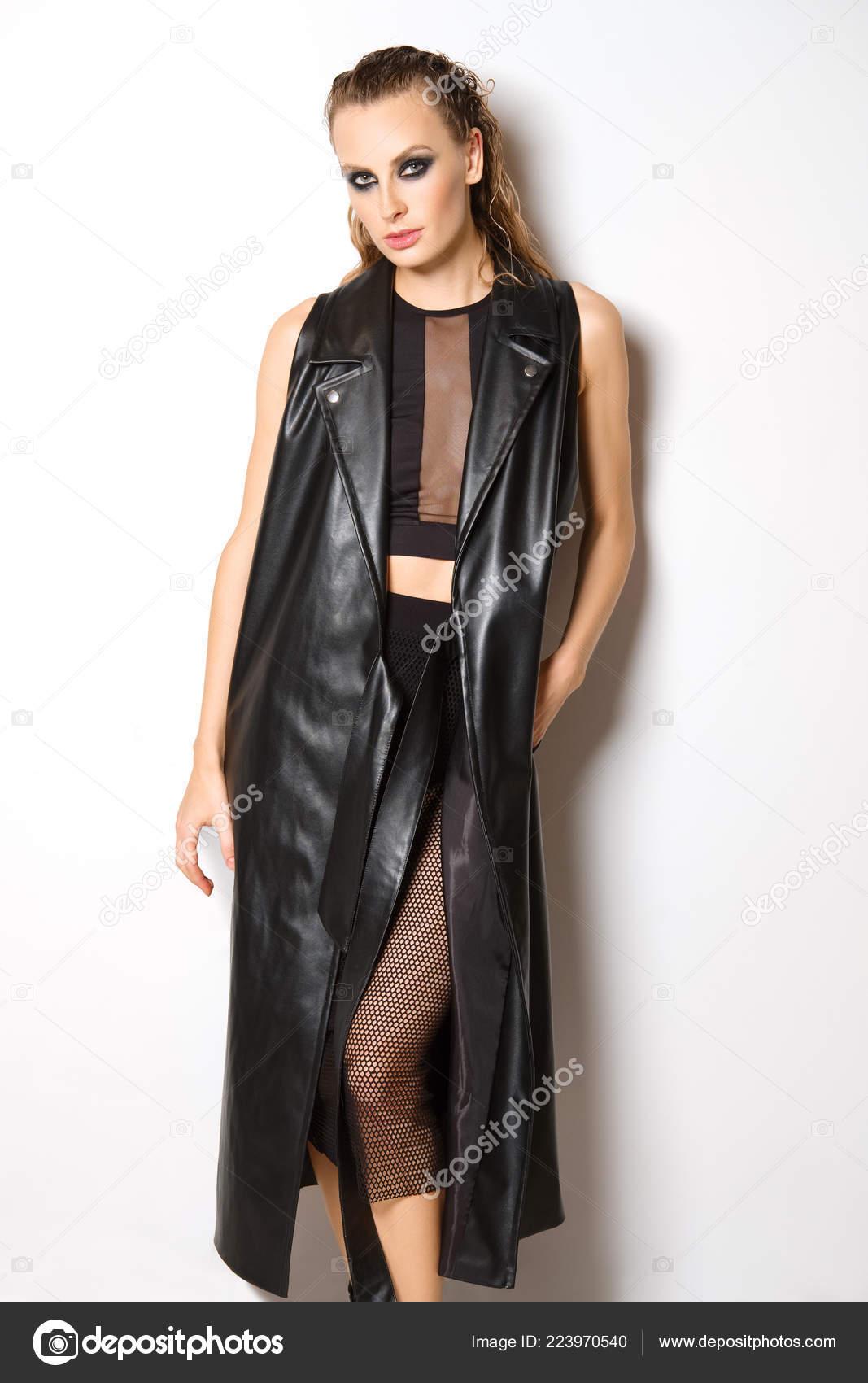 Όμορφη Κοπέλα Μαύρο Φόρεμα Δικτυωτό Στοιχεία Και Μανίκια Δερμάτινο Παλτό —  Φωτογραφία Αρχείου 69b871c22ef