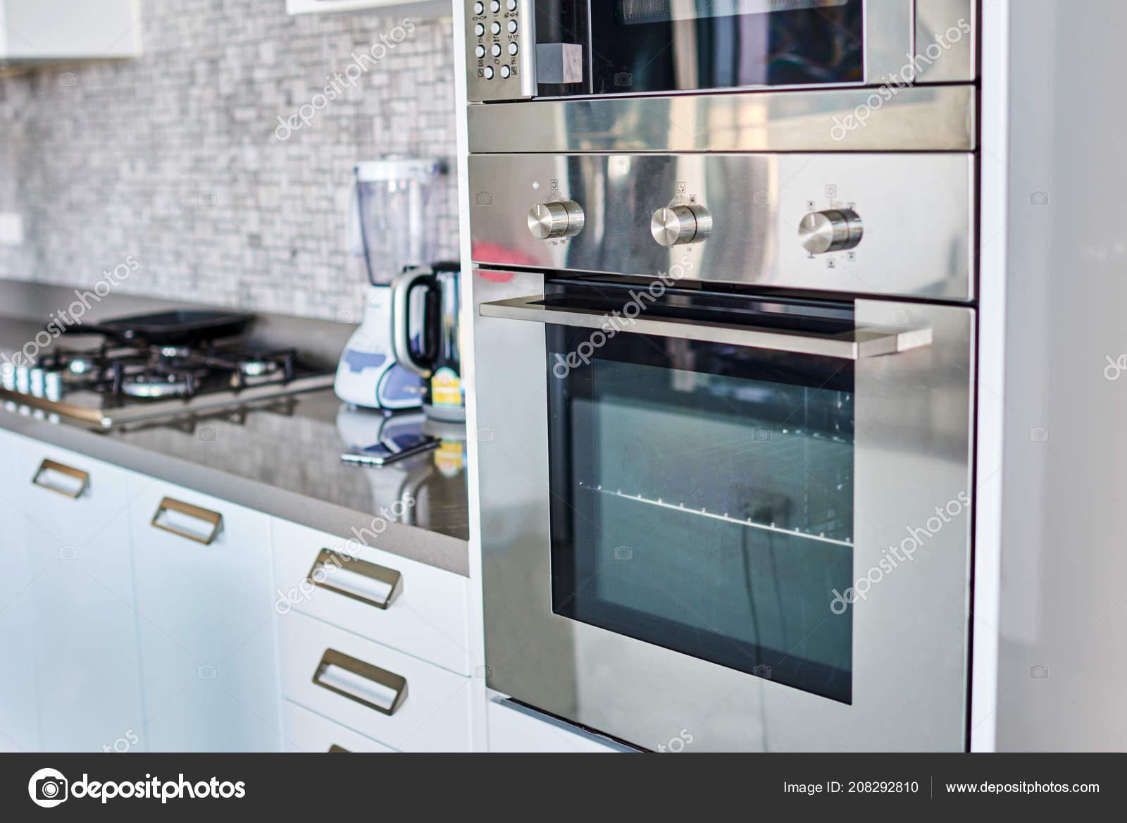 Cucina Moderna Del Progettista Con Elettrodomestici Acciaio Inox ...