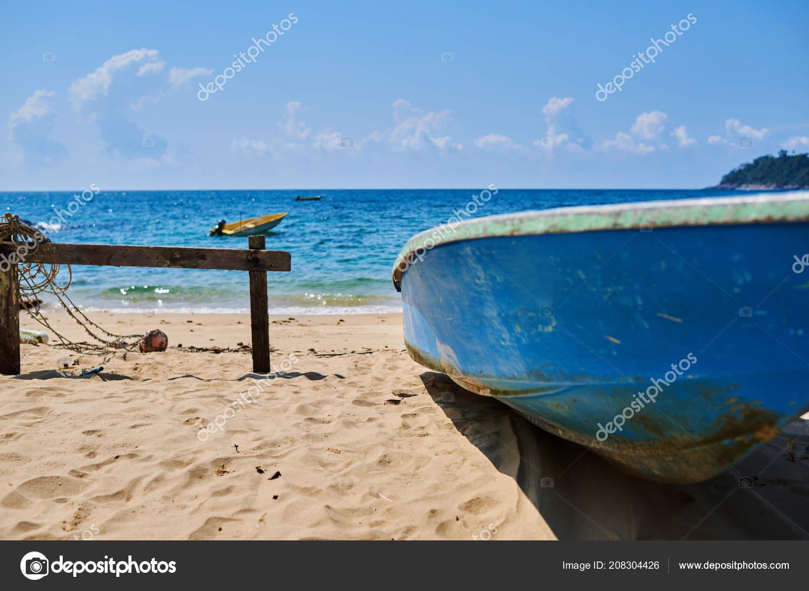 Fishing Boat Beach Blue Ocean Background Tropical Island Fotografia De Stock