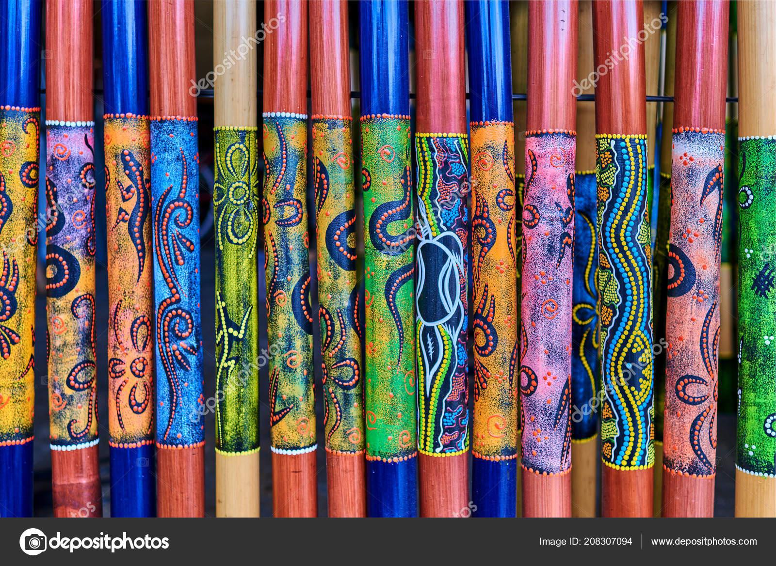af681a9b43ee Színes absztrakt háttér. Több színű bambusz, színes mintával. Színes  emléktárgyak és kézműves termékek. Etnikai dísz és kézműves piac  szimbólumok — Fotó ...