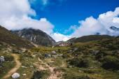 Nádhernou krajinu s vysokými horami vrcholy s mraky. Malebný pohled na cestě do Nepálu Everest základní tábor. Horské pozadí. Horské stezky. Úžasné scény s himálajské hory. Příroda