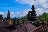 Photo Roofs of Pura Besakih temple, Bali, Indonesia on the bright blue sky background. Traditional balinese architecture. Buddhist pagodas. Main Bali temple Pura Besakih at the foot of the volcano Agung.