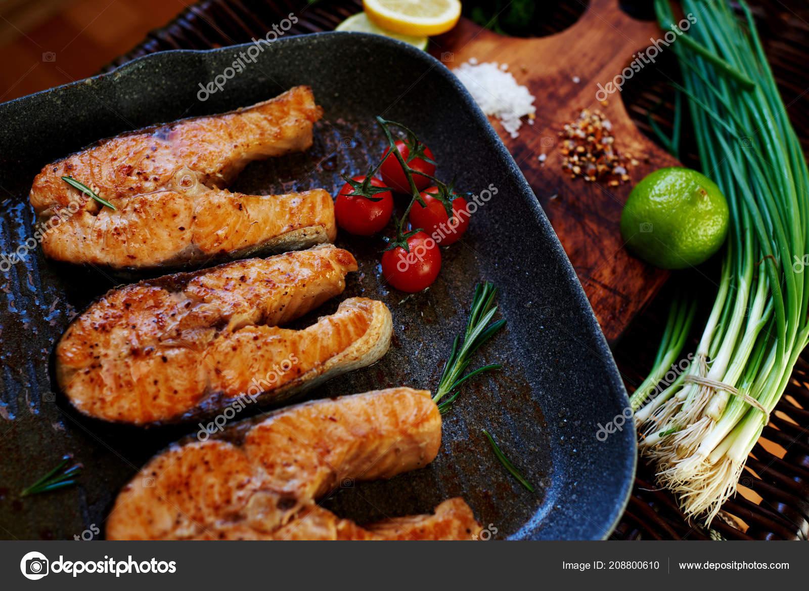 Frau Wartet Auf Gäste Kochen Abendessen Lachs Steaks Fisch Steaks