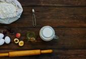 Pečení pozadí s kopie prostoru. Přísady pro těsto a pečivo, vejce, mouku a máslo na tmavé rustikální dřevo pro vaření. Domácí pečení téma. Pohled shora, makety pro menu, recept na kulinářské tříd.