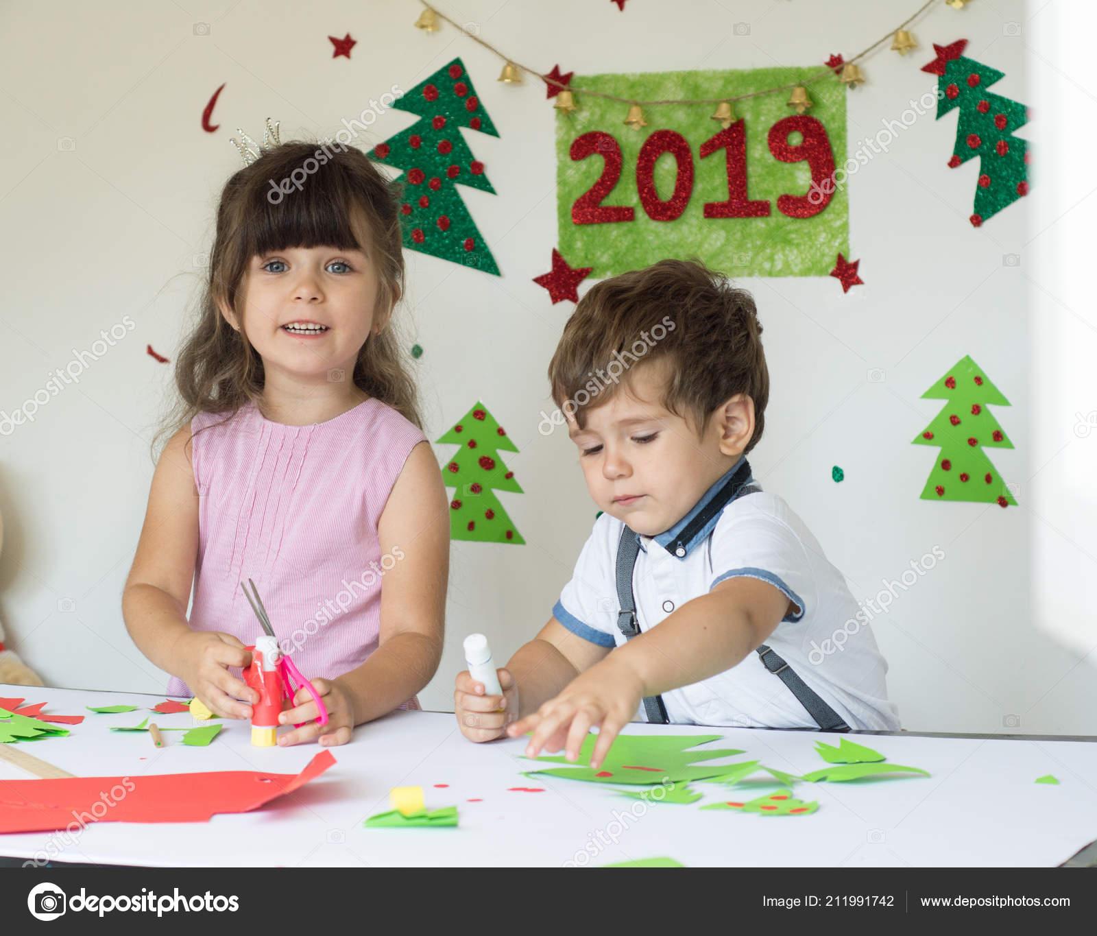 Winterurlaub Weihnachten 2019.Lustige Kinder Machen Weihnachtskarten Lächelnd Weihnachten Und 2019