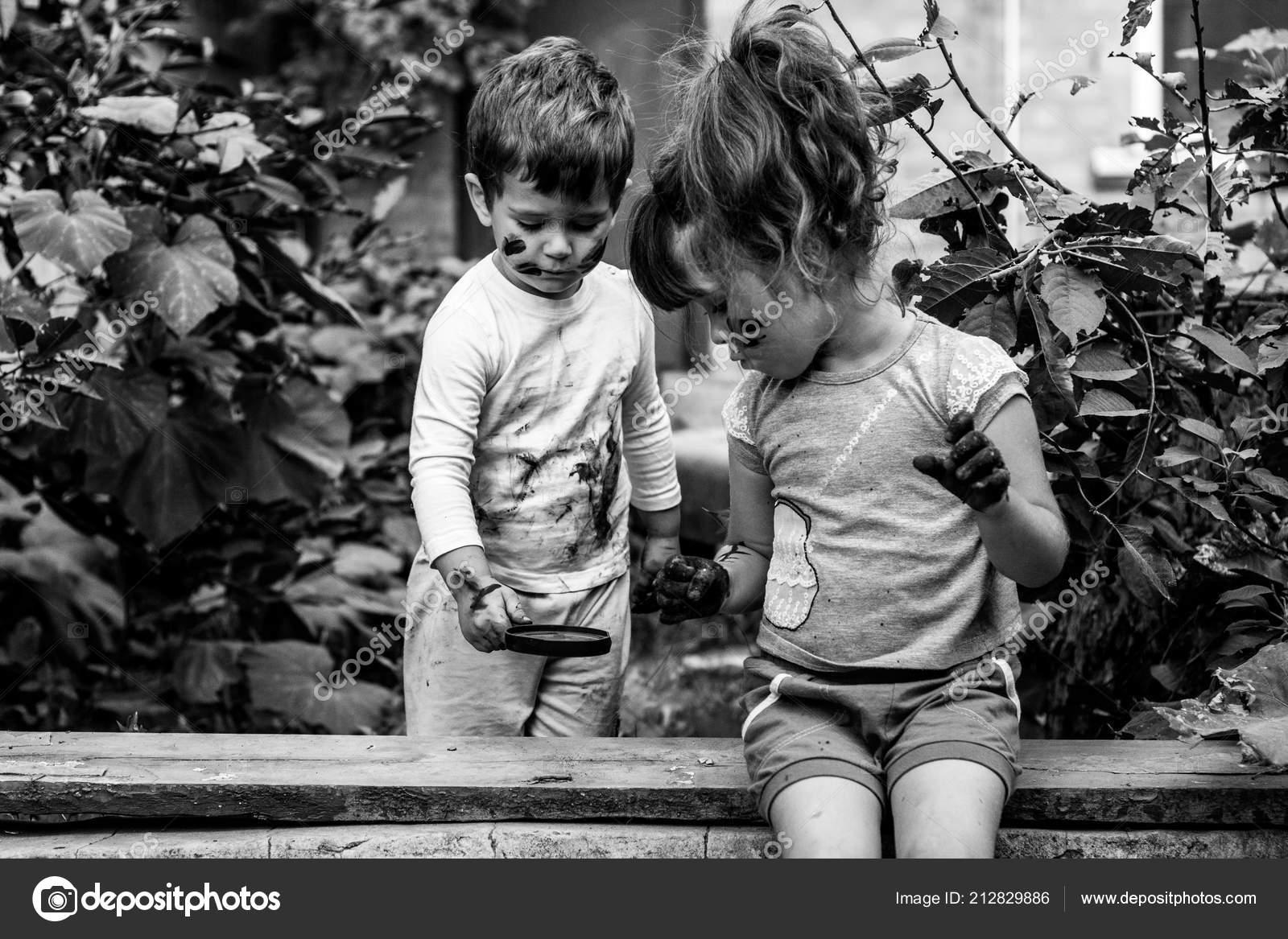 Bambini Felici Che Giocano Fuori Con Faccia Mani Sporche Bianco