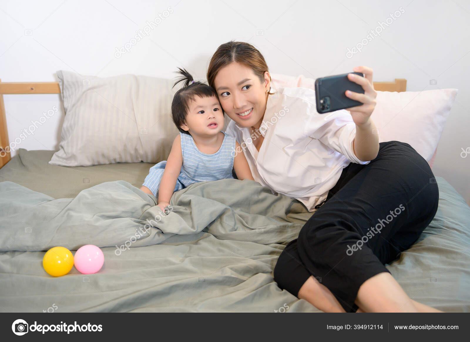 Ibu Asia Dan Anak Perempuannya Sedang Membuat Selfie Atau Video Stok Foto C Tonefotografia 394912114
