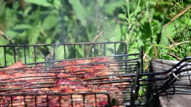 gril se připravuje na grilu. Kouř z ohně.