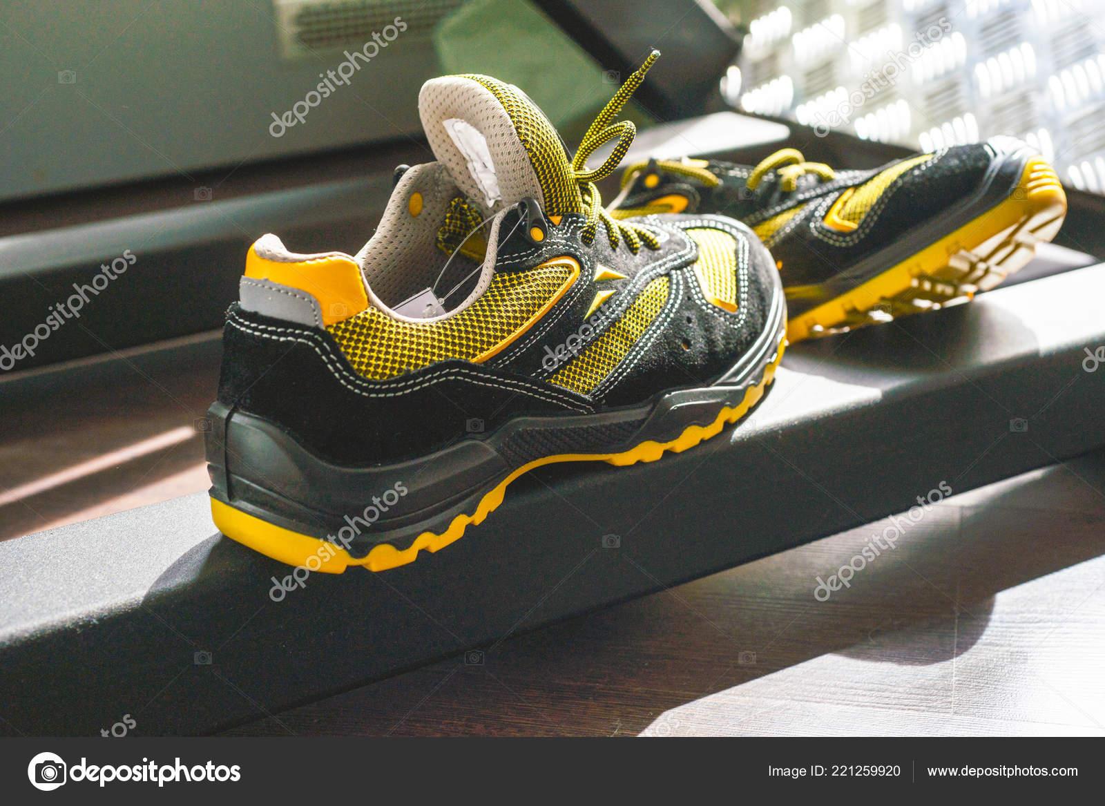 the best attitude e92dd 68a64 No-Name moderne Sneaker in der Turnhalle. Schwarz-gelb ...