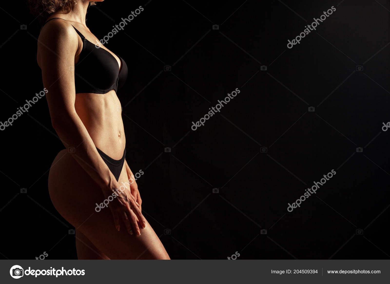 Женщина голая на черном фоне 6
