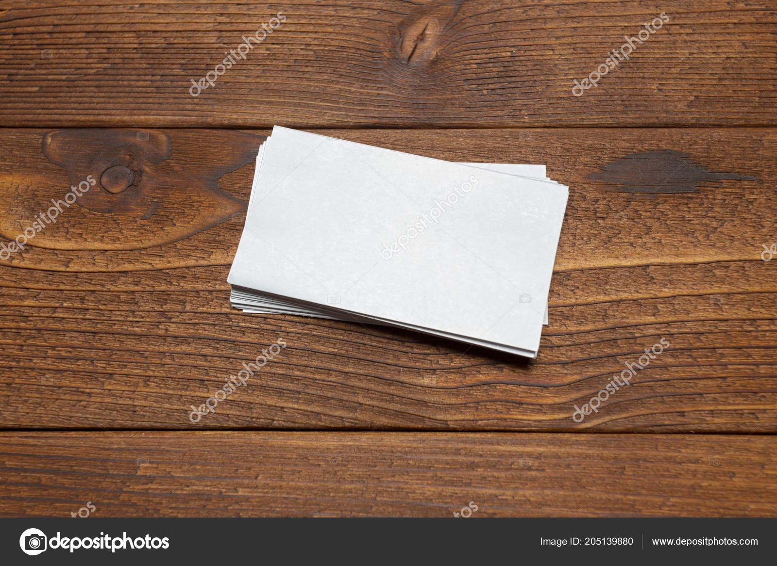 Leere Weiße Visitenkarten Auf Holz Hintergrund Stockfoto