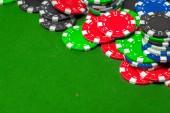 Fotografia Chiudere la visualizzazione di carte e fiches da poker su priorità bassa verde