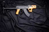 pistole na černém pozadí