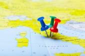 a térképen jelölt színes rajzszeget utazási cél pontot kiadványról