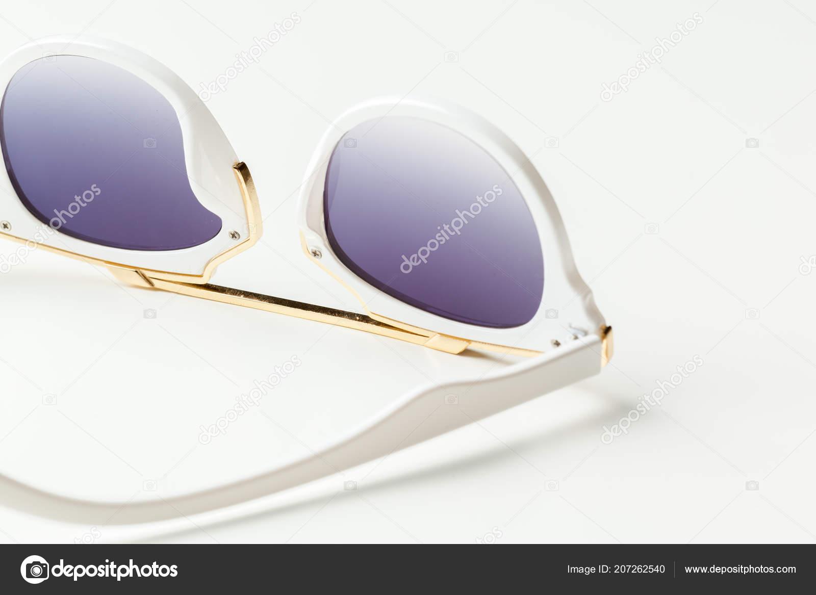 e36fd3dc36 Μόδας Γυαλιά Ηλίου Που Απομονώνονται Λευκό — Φωτογραφία Αρχείου ...
