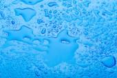 Fotografie kapky vody na povrchu čerstvých modré pozadí