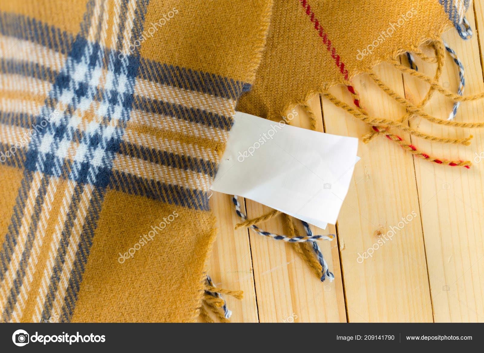 e242cf02519 Stoh vlněný pletený Teplý svetr a bílý štítek pro text — Fotografie od ...
