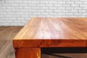Fotografie čelní pohled na moderní dřevěný stůl