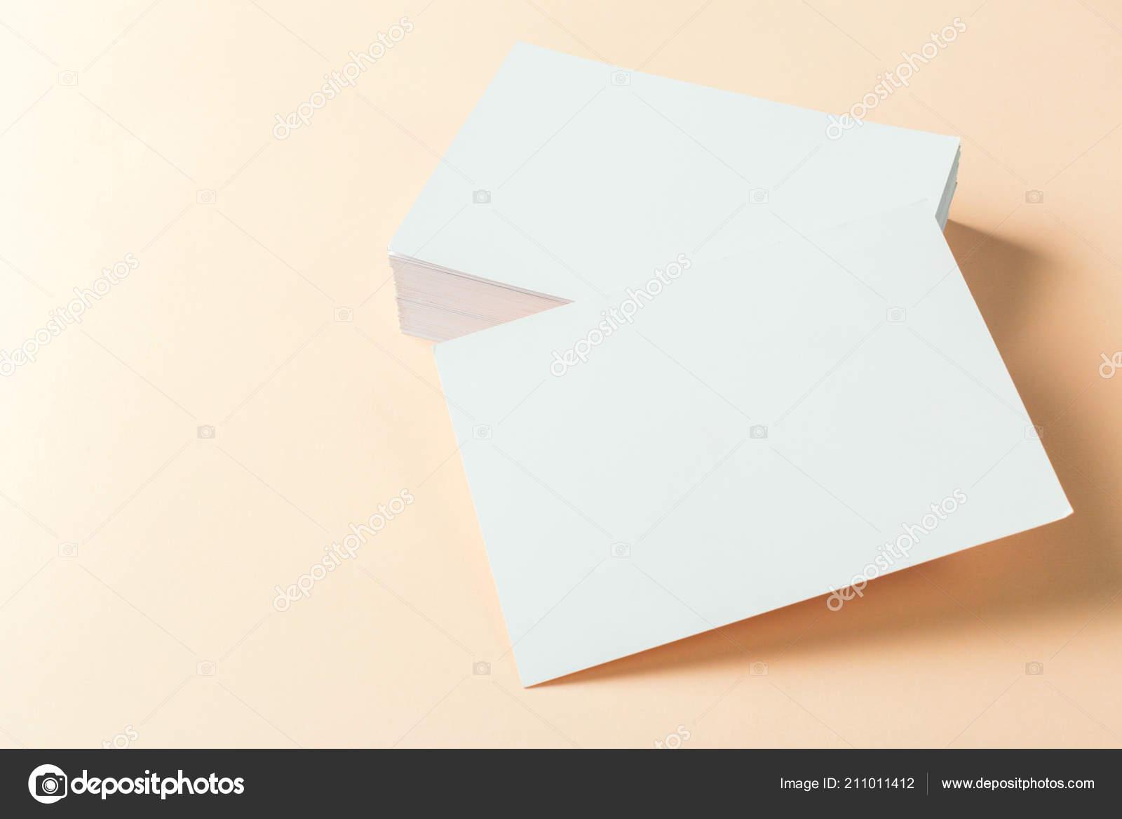Papier Leer Visitenkarten Auf Beige Hintergrund Nahaufnahme