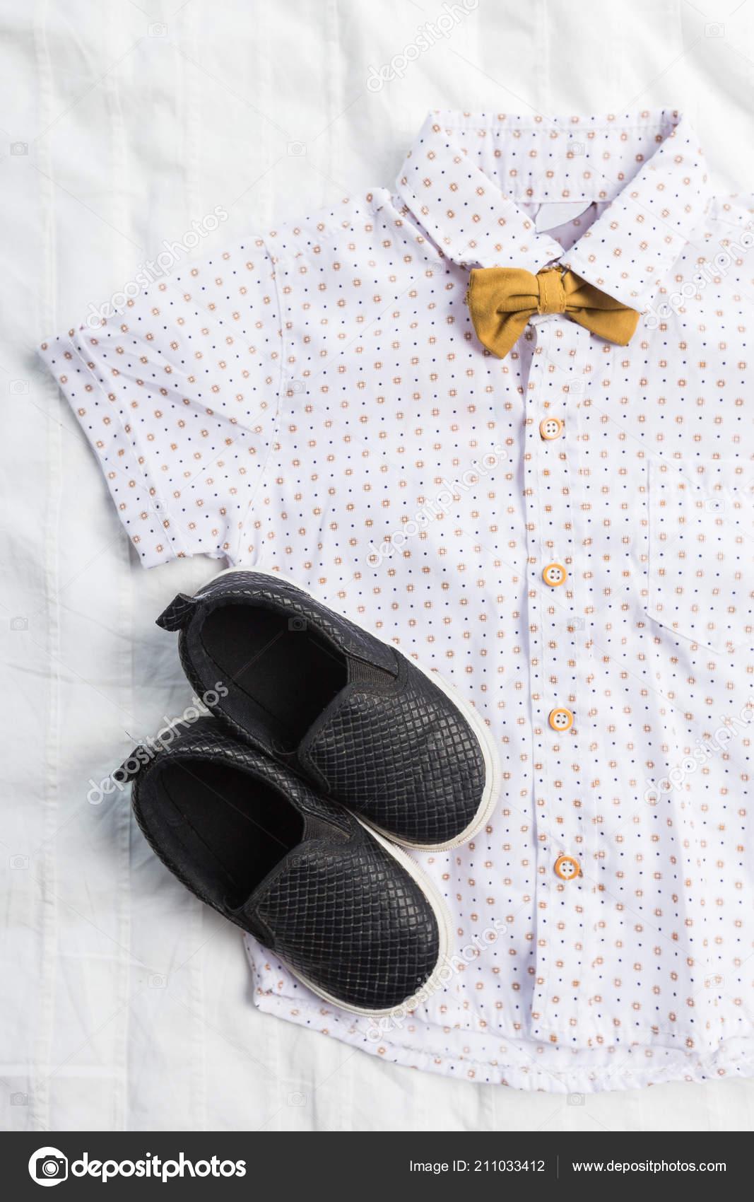 cbda312e1d9 Παιδικά Ρούχα Αγόρι Που Απομονώνονται Λευκό Φόντο Γκρο Πλαν — Φωτογραφία  Αρχείου