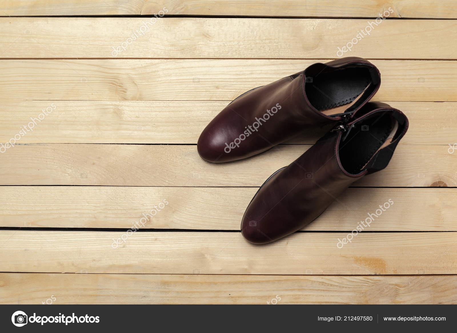 5ffcda98cf Moda Sapatos Femininos Fundo Madeira — Stock Photo © Fotofabrika ...