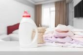 Saubere Wäsche und Flüssigkeit waschen Waschmittel Vorderansicht