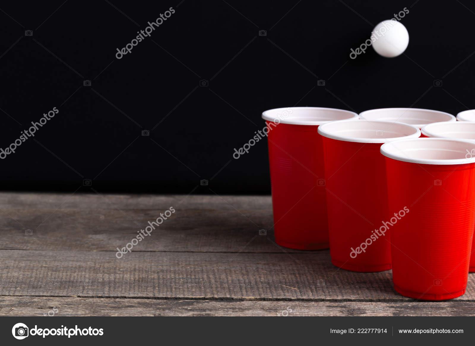 Spel beer pong houten tafel u stockfoto fotofabrika