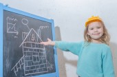 dítě inženýr, Návrhář, dívka v helma Malování domu na černé křídy Board