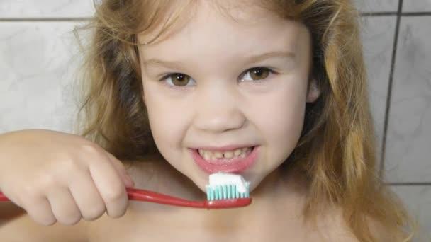 Mädchen, Baby im Badezimmer beim Zähneputzen mit Zahnpasta