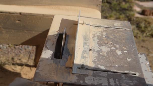 práce na stroji odřízne kámen, laserový disk