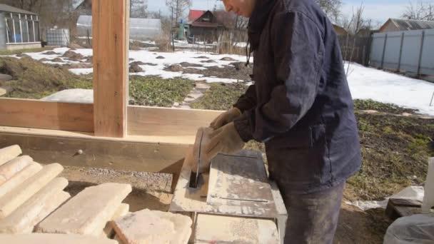 práce na stroji řeže kámen