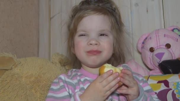 Holčička, která jedla čerstvé jablko naplněné vitamíny