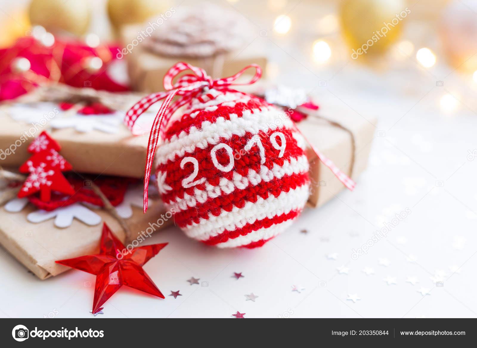 Weihnachten Geschenke 2019.Weihnachten Und Neujahr 2019 Hintergrund Mit Gehäkelten Handgemachte