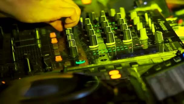 Mosca, Russia - Januaty 12, 2018. Chiudere il metraggio di Dj console di mixaggio. Attrezzatura musicale per feste, evidenziate con la luce di lampadine variopinte