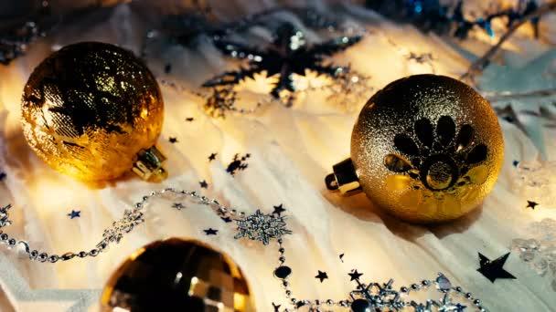 Karácsonyi és újévi háttér, fényes golyó, csillogó hópelyhek és konfetti.