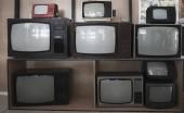 Fotografie police dřevěné zdi s mnoha vintage, věku, použité Tv - televizní přijímače