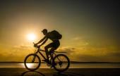 Fotografie Silueta muže jedoucího na kole