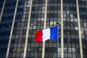 Francouzská vlajka proti moderní prosklené budově