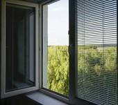 otevřeno okno s žaluzie, slepá na léto