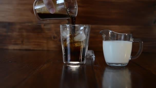 tři ingredience pro kávu s ledem jsou rozprostřeny po poháry