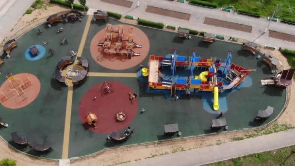 Kinderspielplatz auf dem Hof Aktivitäten im öffentlichen Park. Luftbild