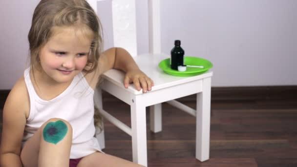 Dívka hladila nemocné koleno